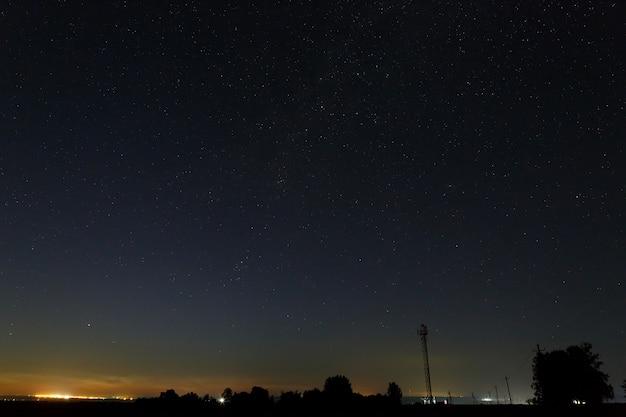 Céu estrelado acima dos arredores da cidade