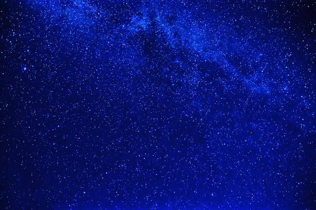 Céu estrelado azul brilhante com a via láctea