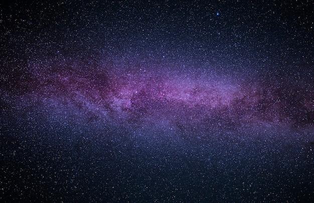 Céu estrelado brilhante noturno com parte da galáxia via láctea. paisagem maravilhosa da noite de verão.