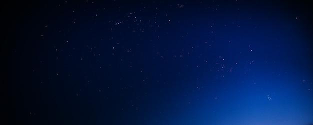 Céu estrelado da noite - azul escuro na natureza do fundo da noite