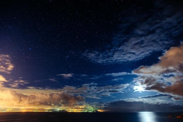 Céu estrelado da noite. nublado