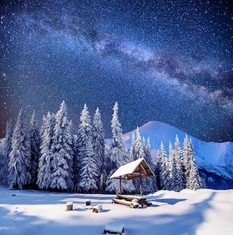 Céu estrelado em uma aldeia de montanha fantástica