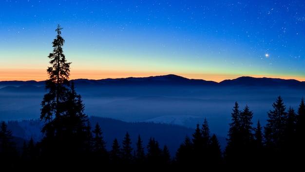 Céu estrelado está localizado acima das vistas pitorescas