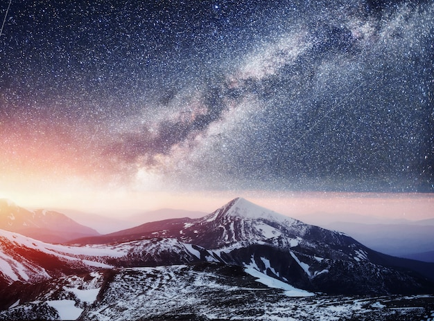 Céu estrelado fantástico. bela paisagem de inverno e cobertas de neve