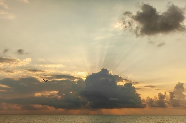Céu fantástico, por do sol dramático, fundo natural bonito.