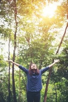 Céu harmonia asiático relaxamento menina