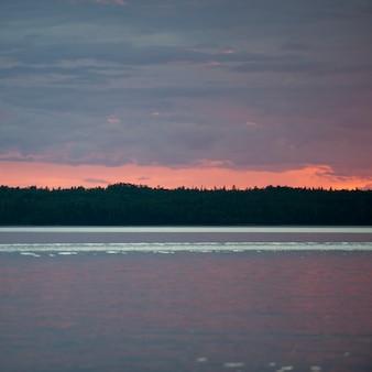 Céu horizonte, em, pôr do sol, em, lago, de, a, madeiras, ontário