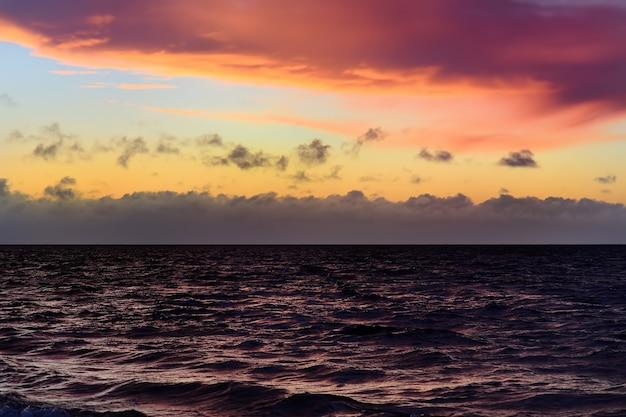 Céu incrível e água ao pôr do sol sobre o mar báltico, saaremaa, estónia