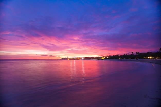 Céu lindo incrível e ondas de longa exposição na praia de bali