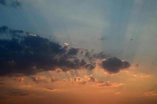 Céu lindo pôr do sol com nuvens. céu abstrato.