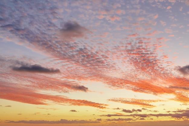 Céu lindo pôr do sol de verão com nuvens incríveis