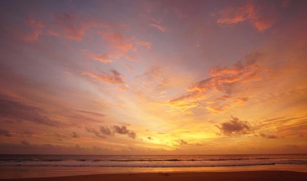 Céu lindo pôr do sol na praia