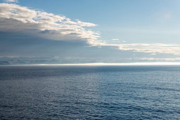 Céu lindo seascape com nuvens
