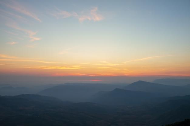 Céu, luz do amanhecer e montanha