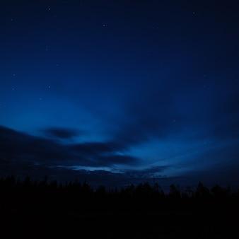 Céu noturno com estrelas brilhantes.