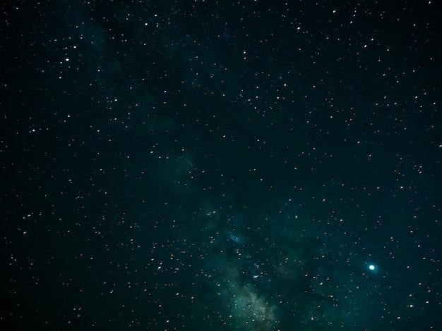 Céu noturno com estrelas e fundo da via láctea