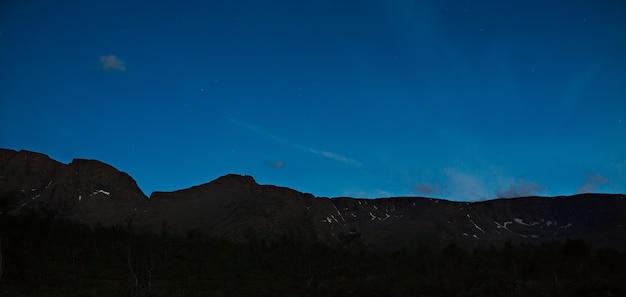 Céu noturno com estrelas nas montanhas de khibiny, península de kola, rússia