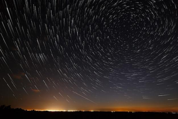 Céu noturno com trilhas de estrelas brilhantes. astrofotografia do espaço sideral.