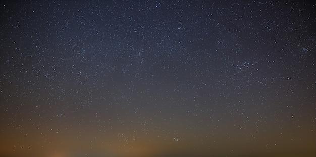Céu noturno com uma estrela brilhante da via láctea. vista panorâmica do espaço estrelado.