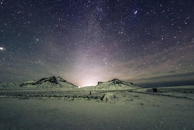 Céu noturno com via láctea