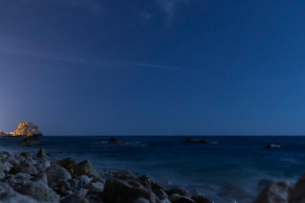 Céu noturno cristalino acima do oceano