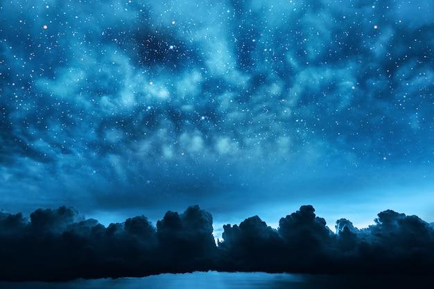 Céu noturno de fundos com estrelas e lua e nuvens.