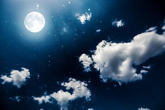 Céu noturno do fundo com estrelas e lua.