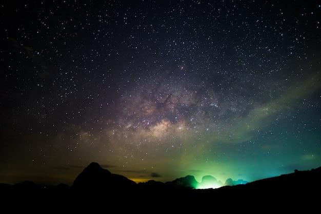 Céu noturno e estrelas da via láctea