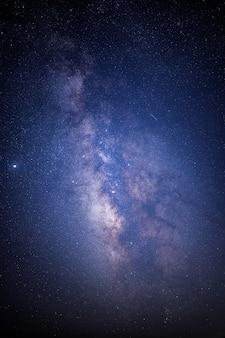 Céu noturno estrelado azul e branco