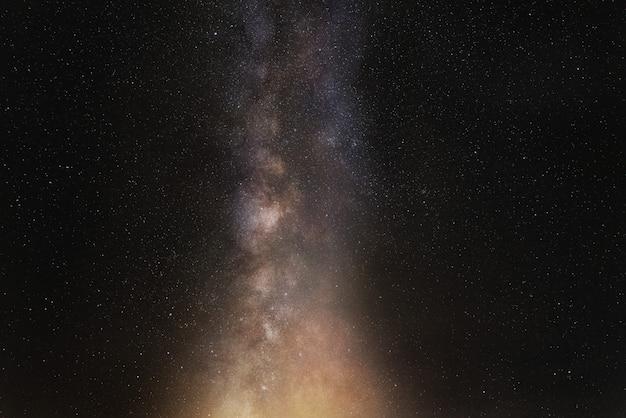 Céu noturno, estrelas brilhantes e galáxia da via láctea