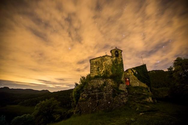 Céu noturno na igreja de sant miquel de castello, la garrotxa, espanha