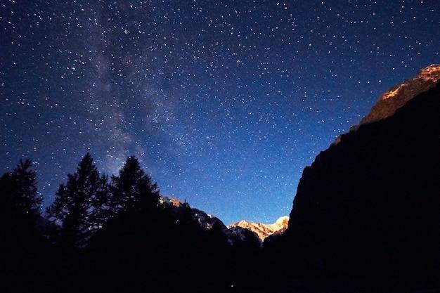 Céu noturno nas montanhas. via láctea. milhões de estrelas