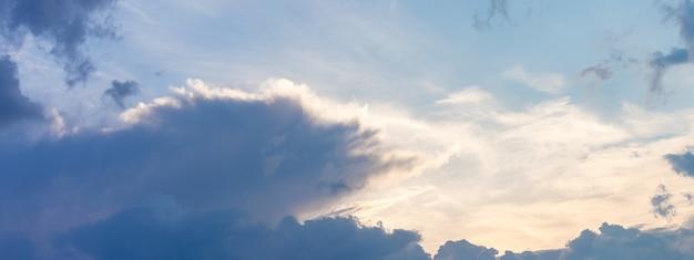 Céu noturno ou matinal com nuvens azul-escuras e rosa claro, panorama