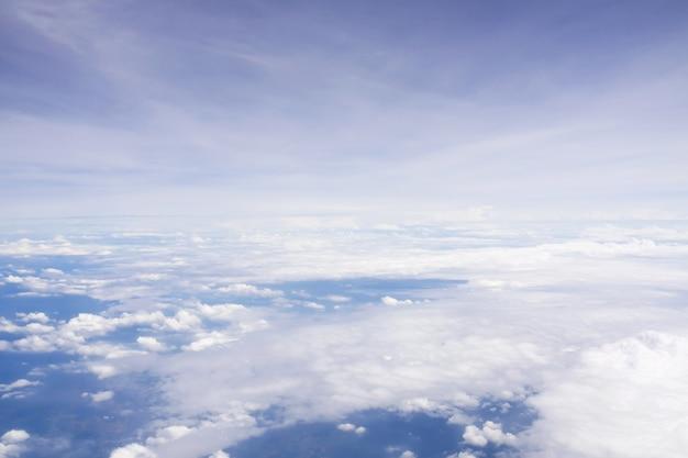 Céu nublado a partir da janela do avião. natureza e fundo abstrato.