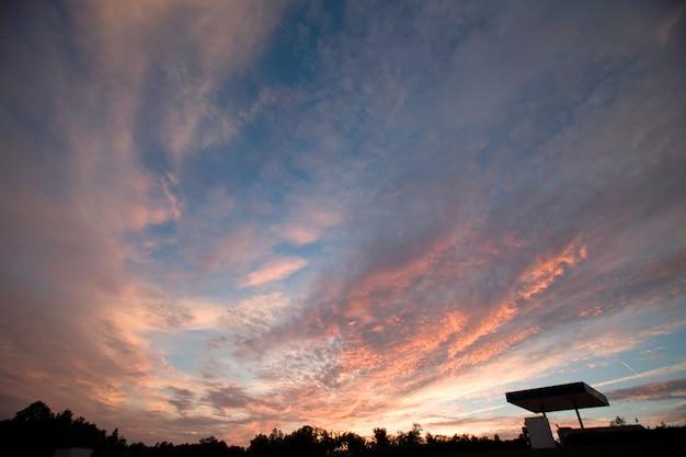Céu nublado ao pôr do sol