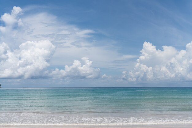 Céu nublado azul à luz do dia / textura de fundo / espaço de cópia
