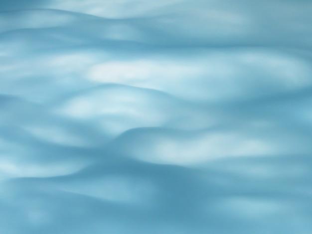 Céu nublado azul com fundo natural de nuvens onduladas.