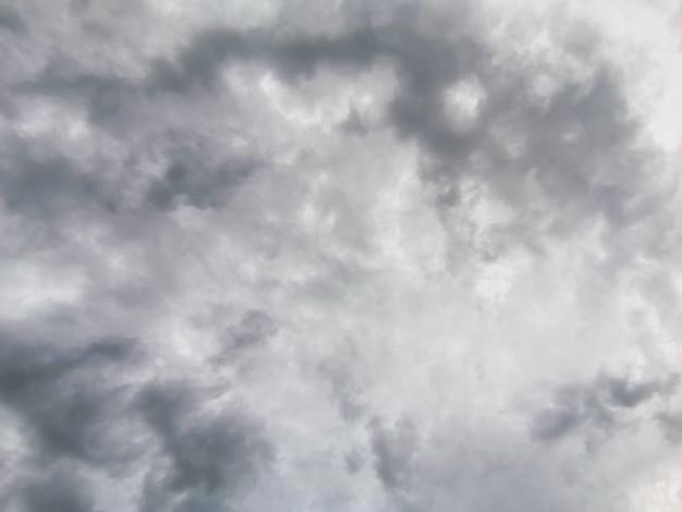 Céu nublado cinza. nuvens volumétricas brancas contra o céu escuro. pano de fundo do céu para suas fotos.