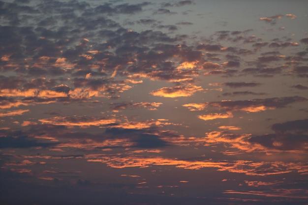 Céu nublado com luz do dia