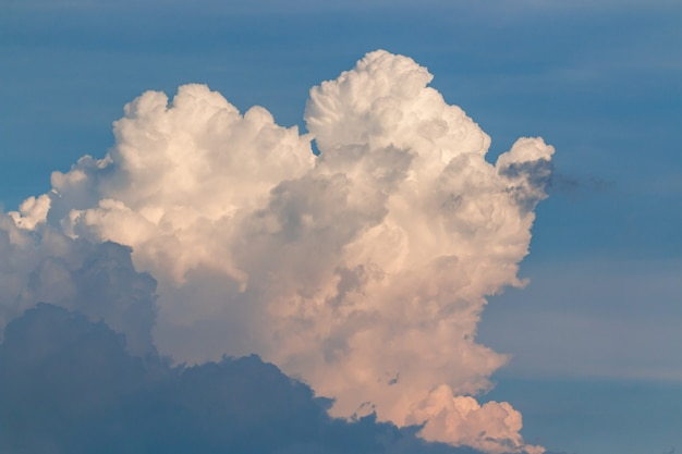 Céu nublado na estação chuvosa