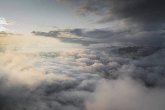 Céu nublado sobre fundo de montanhas
