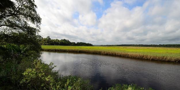 Céu nublado sobre o rio tomoka, na flórida
