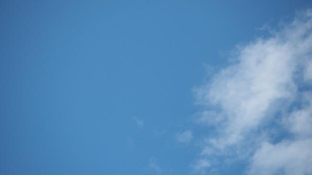 Céu nuvens azuis em dia brilhante e paisagem de nuvem.