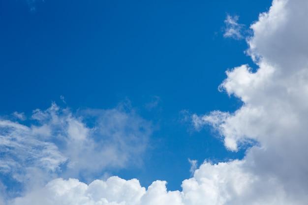 Céu perfeito cumulus com fundo azul