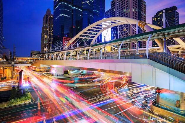 Céu público a pé e o tráfego na estação de trem do céu de chong nonsi, bangkok, tailândia