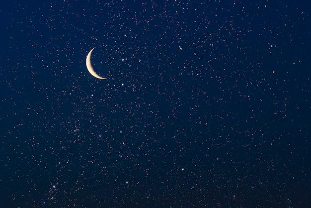 Céu real com estrelas e crescente