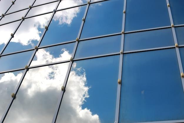 Céu refletido no prédio de escritórios