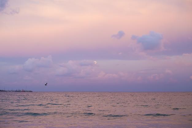 Céu roxo ao pôr do sol no mar na bulgária-nessebar