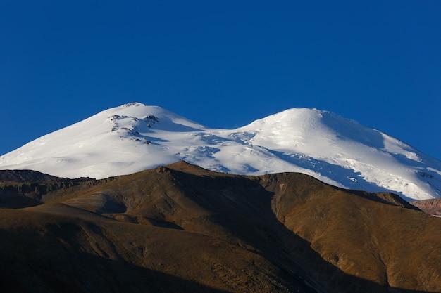 Céu sem nuvens sobre o pico nevado do monte elbrus, norte do cáucaso.