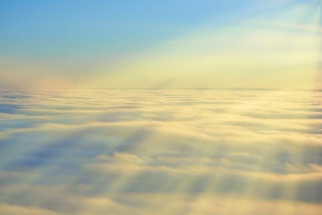 Céu, sol do sol e nuvens